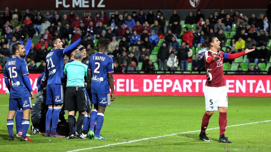 Le capitaine du FC Metz tente de calmer les supporters du FC Metz, lors du match contre Lyon