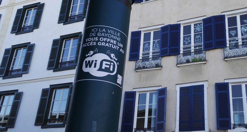 Les zones wifi de Bayonne sont signalées par ces affichettes