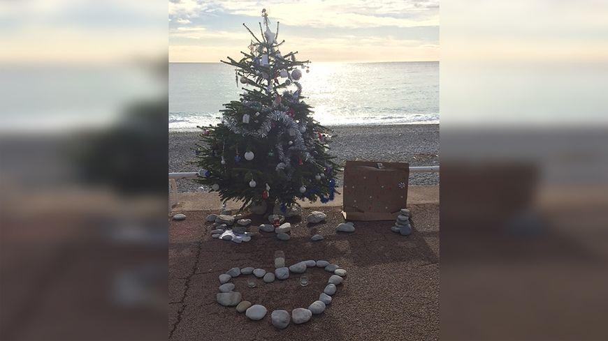 Un Sapin De Noel Sur La Promenade Des Anglais En Hommage A