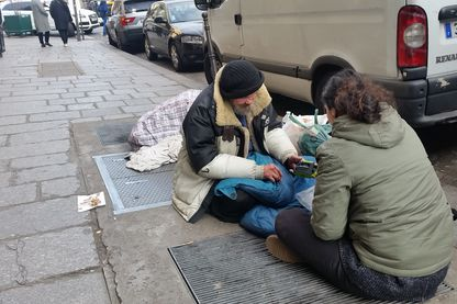 Distribution de radio dans les rues de paris avec l'association Les Enfants du canal.