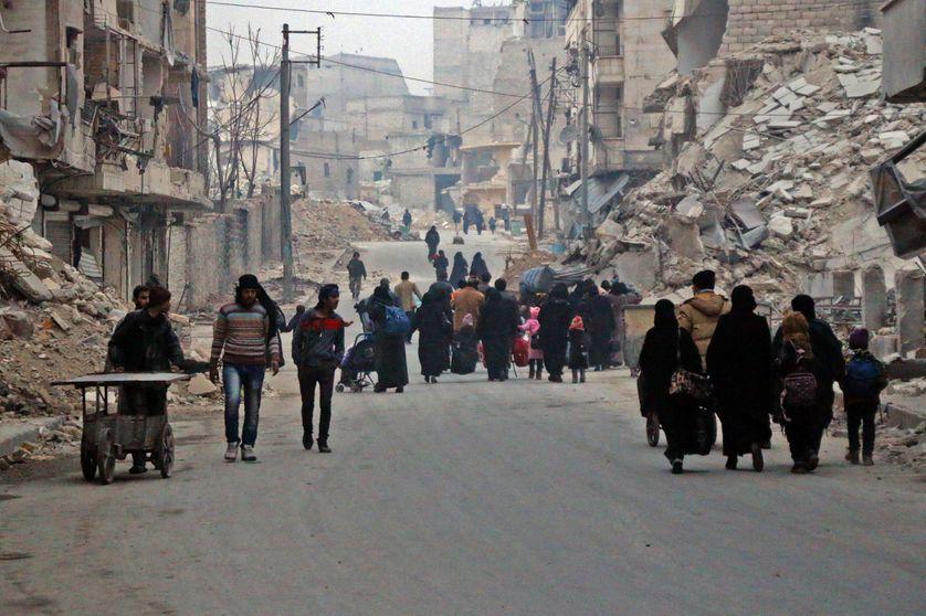 Les civils fuient l'avancée des troupes pro-régime à Alep, la métropole du nord de la Syrie, en passe de revenir dans le giron du président Bachar al-Assad