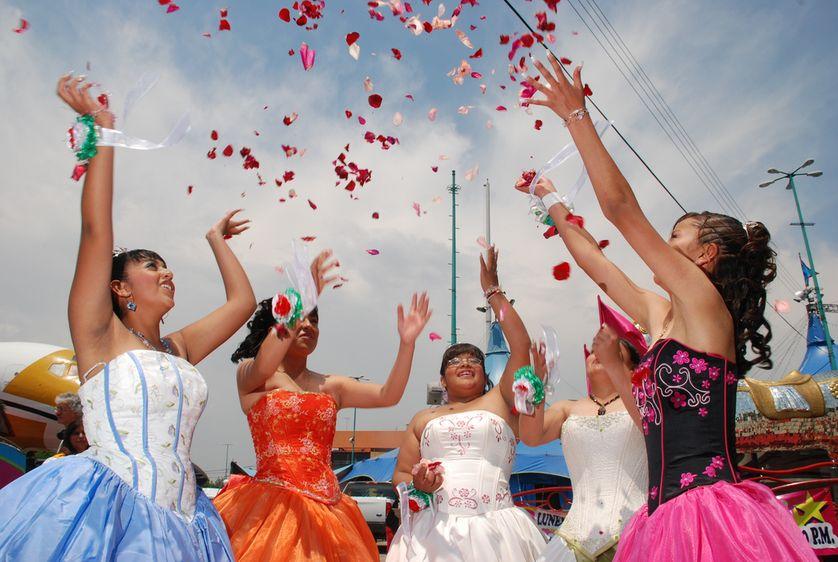 Particulièrement célébré au Mexique et à Cuba, la Quinceaera est une cérémonies qui célèbre la quinzième années des jeunes filles.