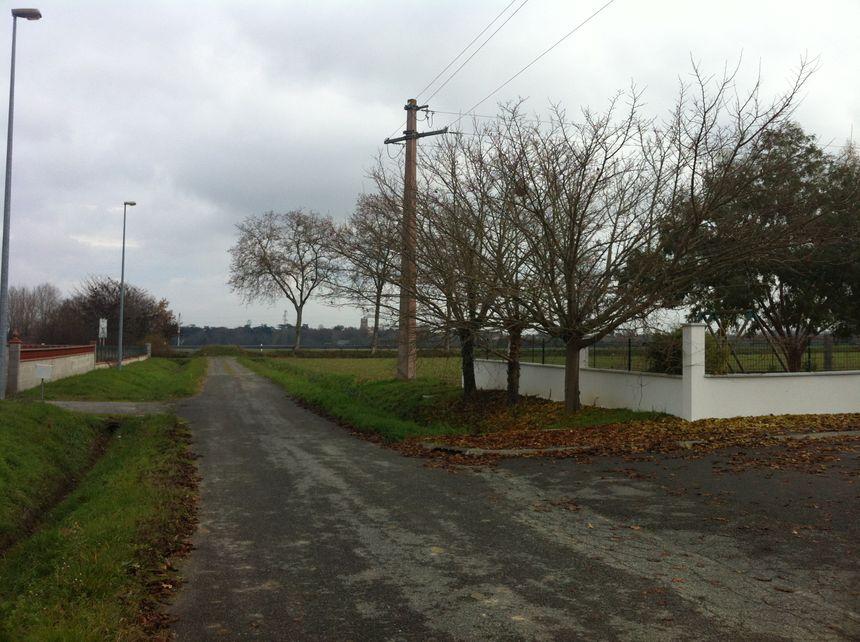Une usine avec des  cuves de 10 mètres de haut, au bout de la rue