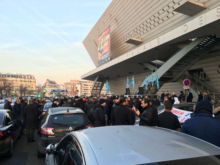 Des chauffeurs rassemblés jeudi matin, place de la porte Maillot à Paris.