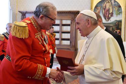 Robert Matthew Festing de l'Ordre de Malte et le Pape François échangent des cadeaux lors d'une audience privée au Vatican en juin 2016