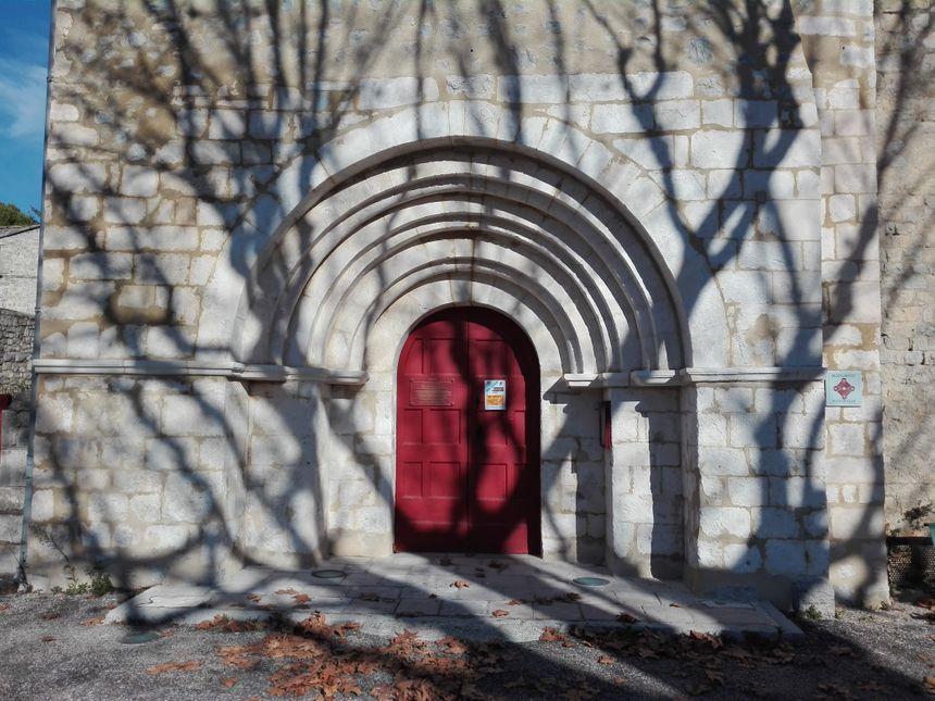 Le porche roman de l'église de Saint-Maurice-d'Ibie