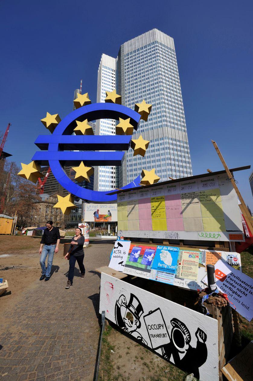 Des manifestants d'Occupy Frankfurt devant le siège de la Banque centrale européenne, le 24 mars 2012, à Francfort