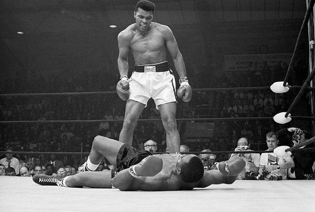 Le champion Mohamed Ali au-dessus de Sonny Liston. Lewiston, Maine.