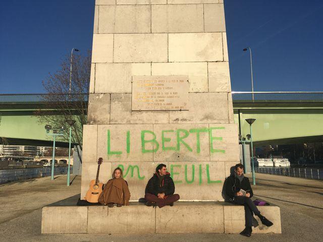 """Sur le socle de la statue de la Liberté, à Paris : """"Liberté en deuil"""""""