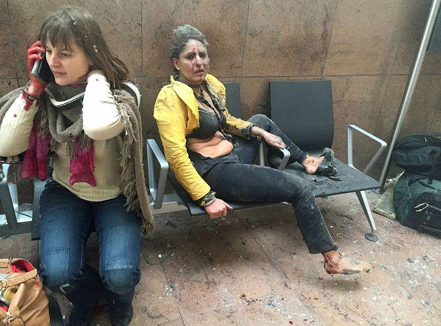 Nidhi Chaphekar,  le 22 mars, juste après les attentats-suicide à la bombe, à l'aéroport de Bruxelles. La journaliste géorgienne Ketevan Kardava qui prend la photo était elle-même en transit.