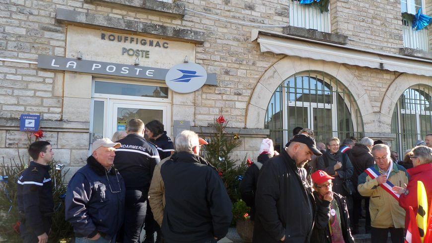 Une petite centaine de personnes est venue manifester son soutien devant la poste de Rouffignac.