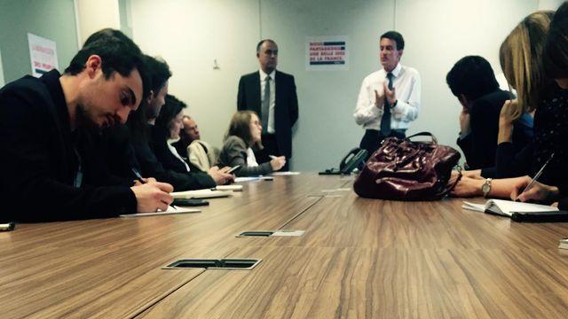 """Manuel Valls, en discussion """"informelle"""" avec les journalistes, lors de l'inauguration de son QG de campagne dans le XIIIe, à Paris"""