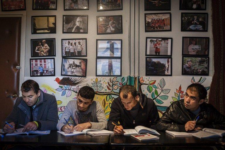 L'Ecole Pierre Claver à Paris propose des cours aux demandeurs d'asile en attendant leur titre de séjour.
