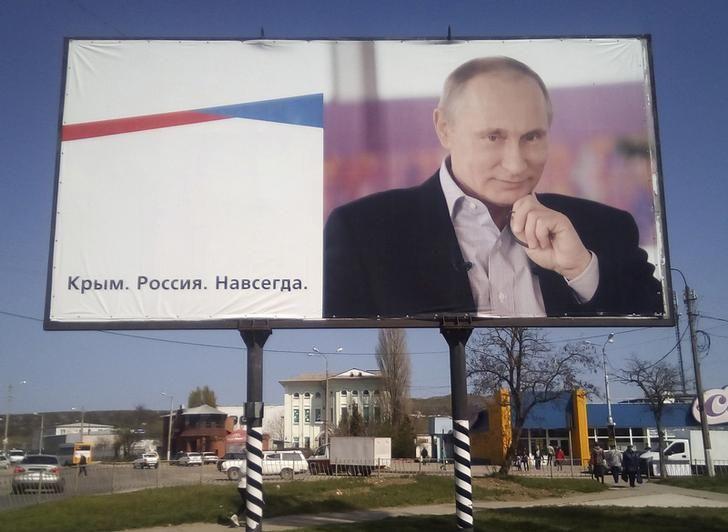 """Panneau d'affichage du président russe Poutine sur lequel on peut lire """"Crimée, Russie, pour toujours"""", à Kerch en Crimée, 7 avril 2016"""