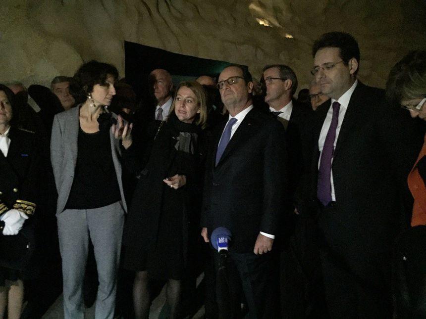 François Hollande visite la reconstitution de la grotte avec la conservatrice de Lascaux I.