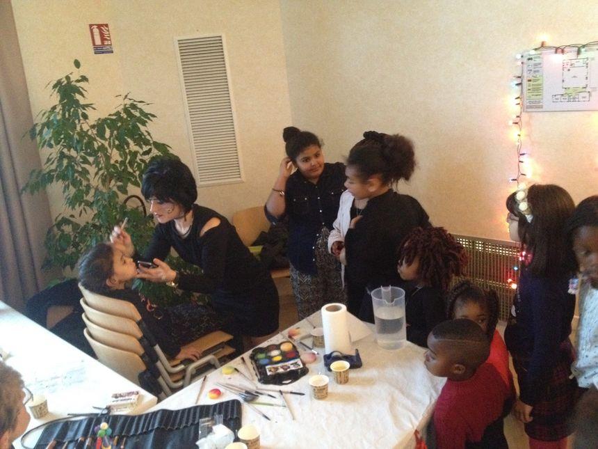 L'atelier de maquillage est pris d'assaut par les enfants