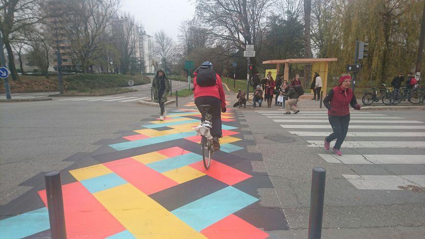 Un damier coloré pour matérialiser les croisements autos-vélos-piétons
