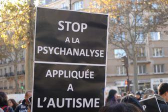 Rassemblement lors de la journee contre la psychanalyse appliquee a l'autisme aux abords du ministere de la sante en octobre 2013