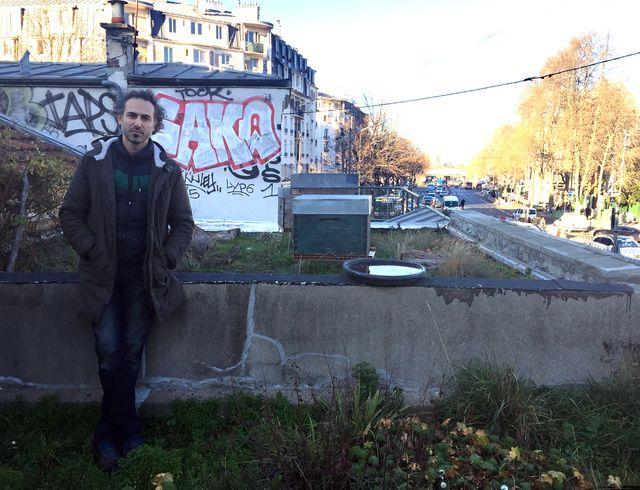 Volkan Tanaci élève ses abeilles sur le toit de la Recyclerie, Porte de Clignancourt à Paris