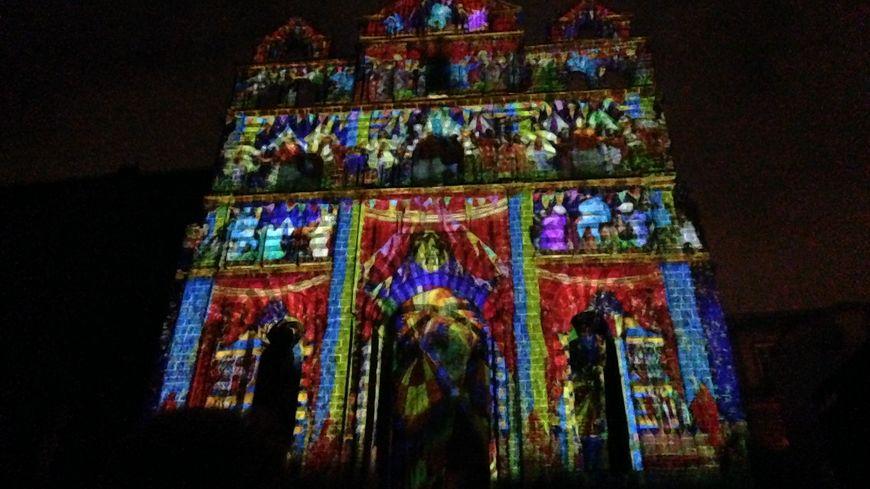 Depuis le 17 décembre, plus de 500 personnes viennent chaque soir assister aux illuminations de la cathédrale du Puy-en-Velay
