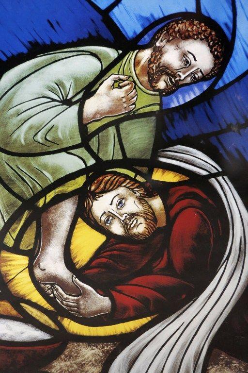 Vitrail de l'église Santa Croce en Italie représentant Jésus lavant les pieds d'un disciple