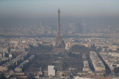 Une photo prise le 5 décembre 2016 à Paris montre la tour Eiffel dans le brouillard, le jour où la pollution a atteint un sommet.