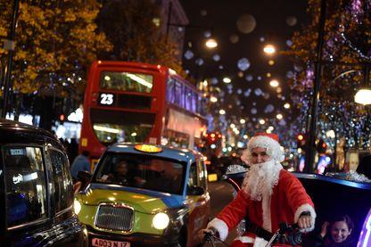 Oxford Street, avec les illuminations de Noël et un Père Noël à vélo, Londres, Royaume-Uni, 9 décembre 2016.