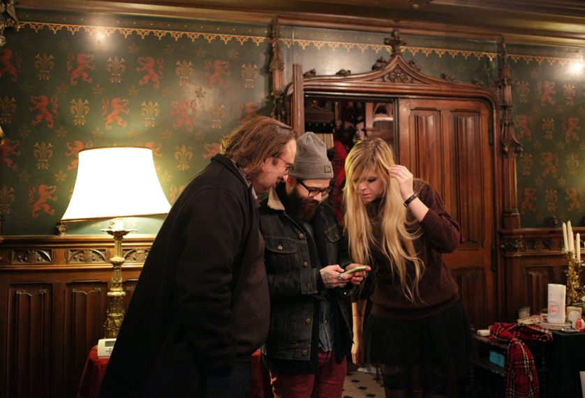 François Angelier, Fausto Fasulo et Sixtine Audebert dans la maison hantée de Jean-Jacques Giraud à Paris