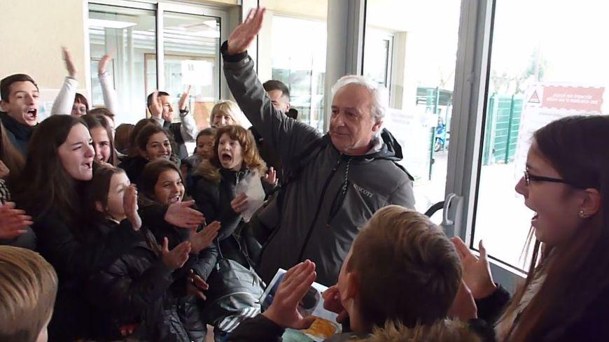 Alain Donnat, professeur de sport pendant 38 ans, acclamé par tout un collège