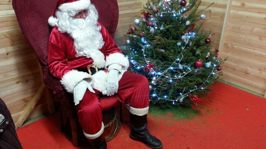 """Au centre-ville de Limoges, le Père Noël s'appelle """"Gégé"""" et attend les enfants pour la photo"""