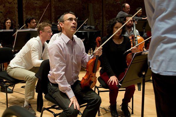 François-Marie Drieux, premier violon des Siècles pendant les répétitions d'Amadeus Live.