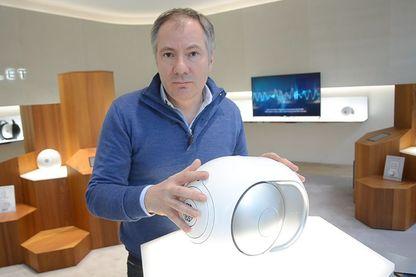 Quentin Sannié , PDG de Devialet , tient une enceinte Phantom , le produit phare de sa marque