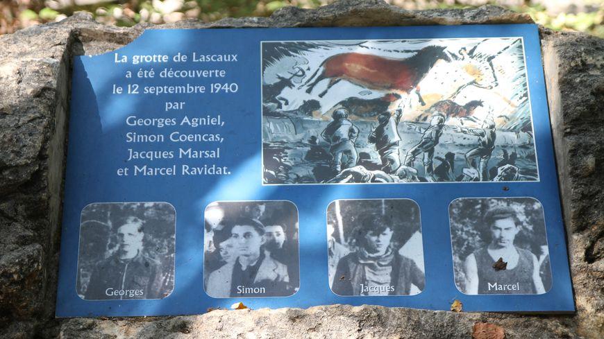 la plaque commémorative de la découverte de la grotte de Lascaux