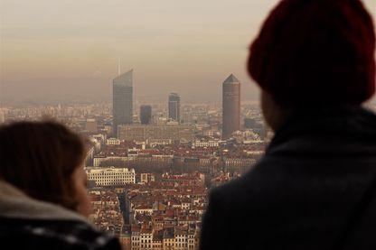 Michel Delpuech, Préfet du Rhône, a décidé de restreindre l'utilisation de la voiture à partir du 9 décembre 2016 pour s'attaquer au problème dans la ville de Lyon et prévenir l'exacerbation de l'éventail des maladies respiratoires et cardiovasculaires