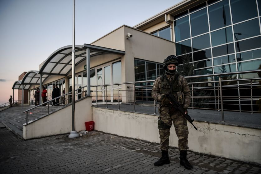 Un soldat turc surveille l'entrée du tribunal d'Istanbul. Le 27 décembre 2016.