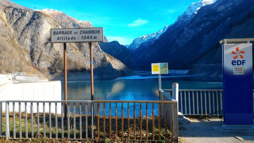 Le tunnel se trouve sur la rive gauche du lac du Chambon, vu du côté Isère.