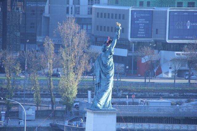 Un pompier a pu grimper sur la statue pour retirer le voile vers 16h
