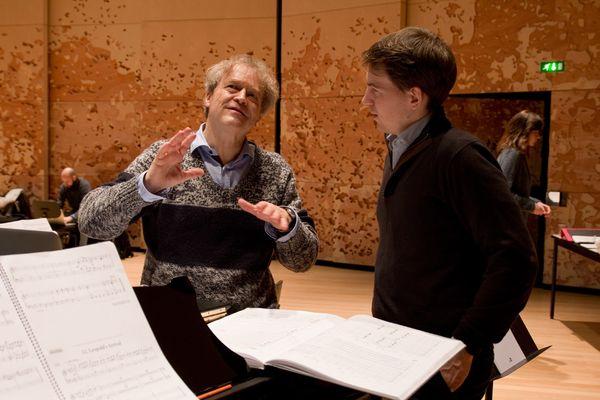 Le chef d'orchestre Ludwig Wicki avec le pianiste Nathanaël Gouin.