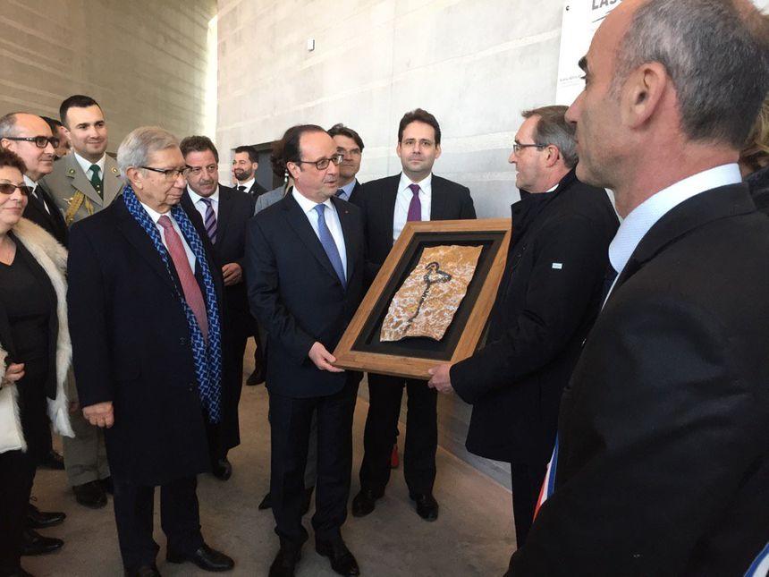 En cadeau, François Hollande a eu une copie d'un détail de la grotte.