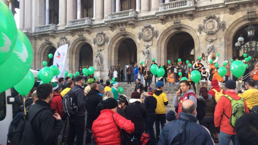 Les pères noel verts se sont réunis devant l'opéra Garnier à Paris