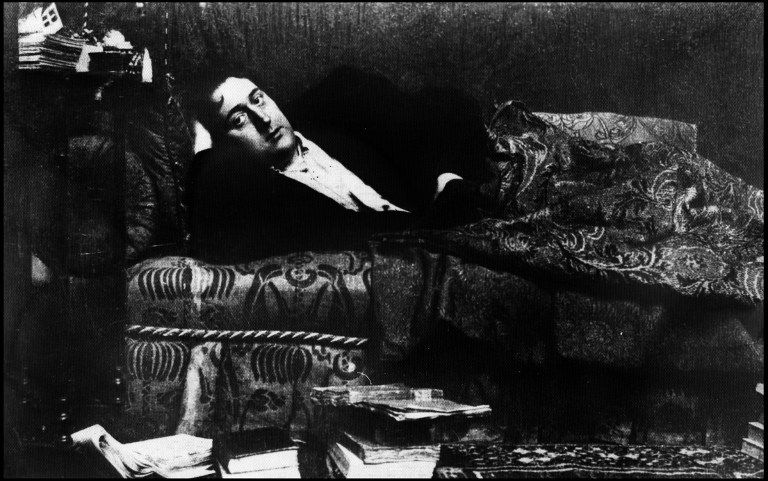 Guillaume Apollinaire allongé sur un sofa à son domicile, Paris, 1909
