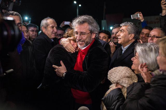 Can Dündar prend sa femme Dilek Dundar dans ses bras, juste après avoir été libéré de la prison de Silivri à Istanbul le 26 février 2016.