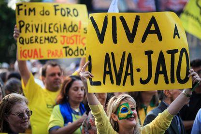 Des manifestants appelent à l'arrestation de l'ancien président Luiz Inacio Lula da Silva et du sénateur Renan Calheiros pour une affaire de corruption (photo prise le 20 novembre 2016 à Sao Paulo, Brésil).