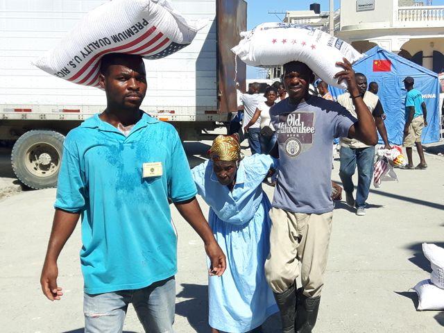 Dans les zones sinistrées, les distributions de l'aide humanitaire s'organisent