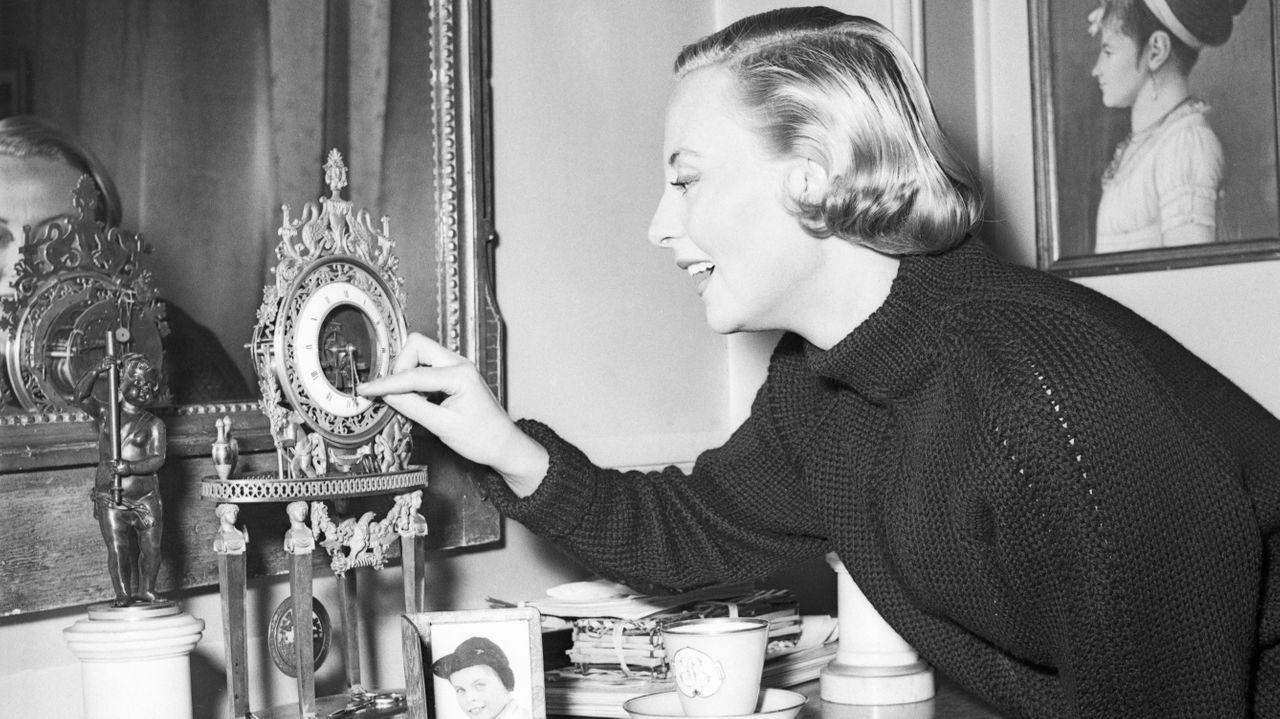 Michèle Morgan dans son appartement parisien en 1953.