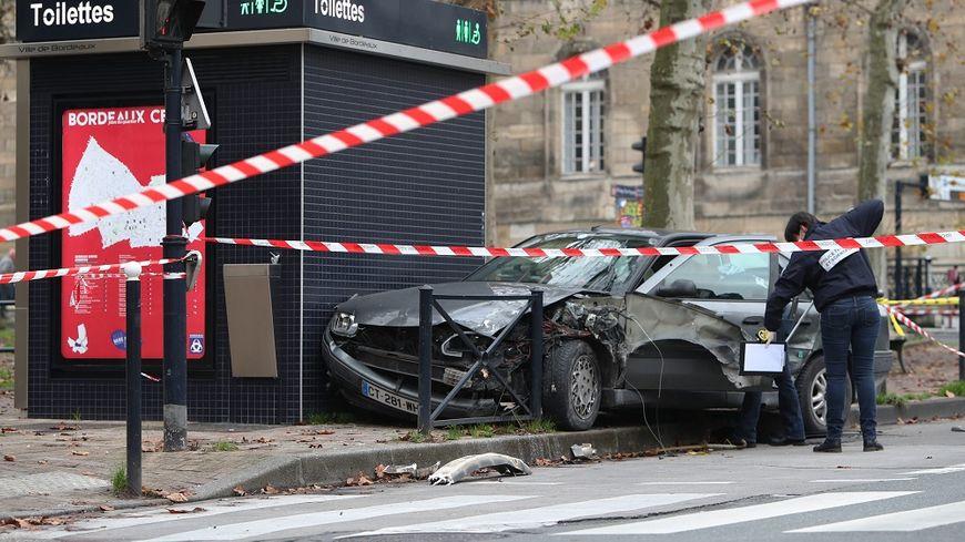 Après le braquage d'un fast-food de Bordeaux, la voiture du suspect s'est encastrée dans des toilettes.