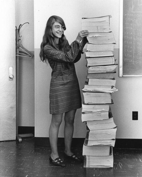 Margaret Hamilton devant le code qu'elle a écrit avec l'équipe du MIT pour la mission Apollo 11