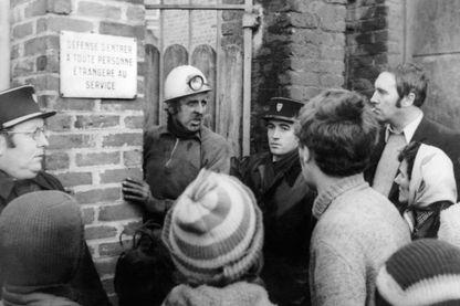 Photo prise le 27 décembre 1974 devant la mine de Liévin, du mineur Mr Cuvelette chef d'exploitation de la mine, parlant aux familles, après le coup de grisou survenu dans la fosse Saint-Amé.