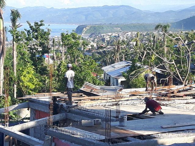 A Jeremie, la population reconstruit les habitations après le passage de l'ouragan Matthew