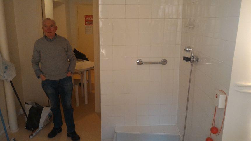 Chaque logement est équipé d'une douche individuelle, un confort rare que les habitants ne veulent pas abandonner.